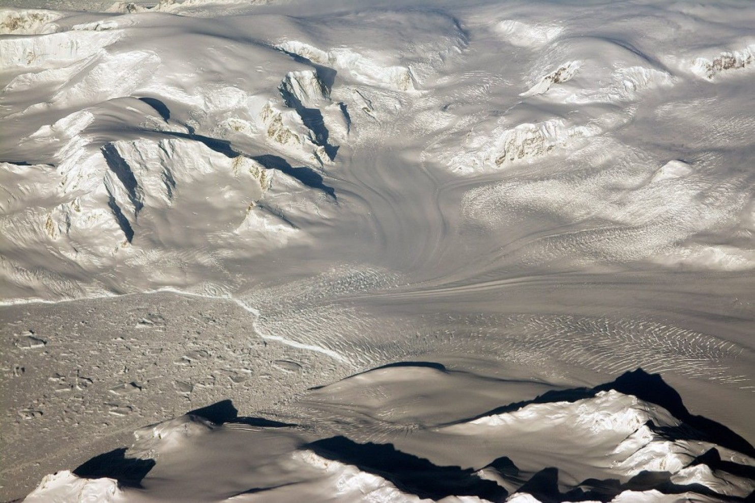 A handout photograph provided by NASA shows glaciers and mountains in the evening sun during an Operation IceBridge research flight, returning from West Antarctica, 29 October 2014. EPA/MICHAEL STUDINGER / HANDOUT